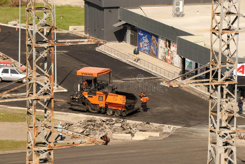 Kremenchug, região de Poltava, Ucrânia, o 9 de abril de 2019, colocando o asfalto perto do mercado de ATB fotos de stock royalty free