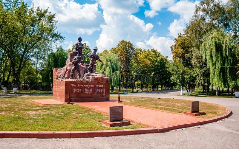 KREMENCHUK, УКРАИНА - 4-ОЕ АВГУСТА 2018: памятник для припоев, которые умерли в деятельности Афганистана Текст говорит стоковое изображение rf