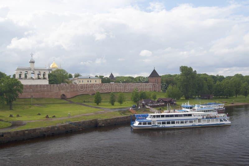Kreml av Velikiy Novgorod och nöjefartyg på pir arkivbild