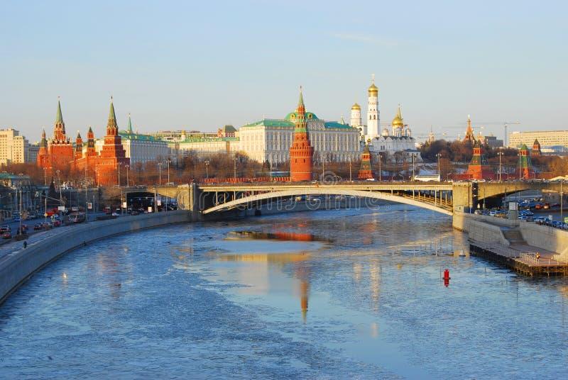 kreml Moscow gałąź jodły śniegu drzewnego widok zima odbicie piękna woda obrazy stock
