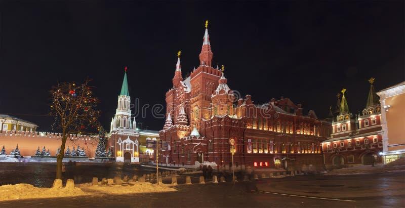 Kreml och historiskt museum på den röda fyrkanten, Moskva, Ryssland i jultid VinternattMoskva arkivbilder