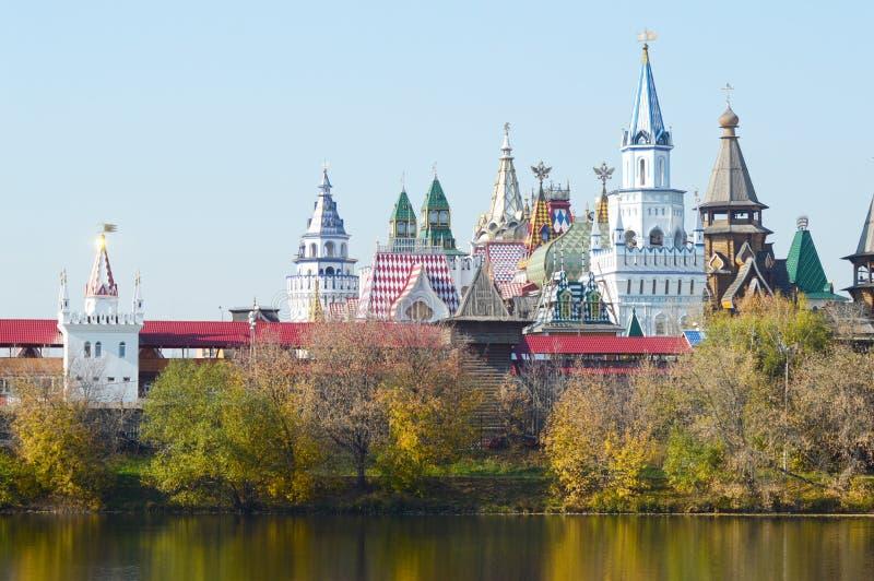 Kremlin à la lumière du soleil d'or de jour d'Autumn Sunny de rivière d'Izmailovo image stock