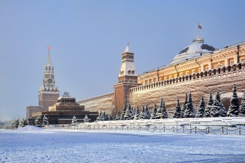 Kremlin ściana Zakrywający śnieg w ranku zmierzchu zdjęcia stock