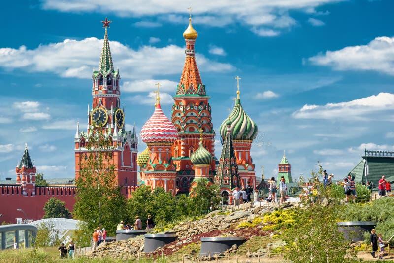 Kremlin da catedral e da Moscou do ` s da manjericão do St foto de stock