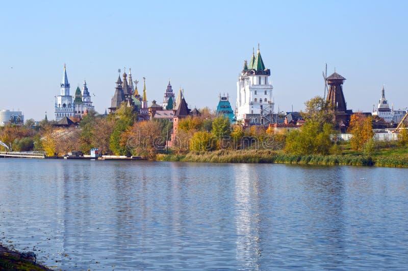 Kremlin dans la vue de rivière d'Izmailovo de la rivière image stock