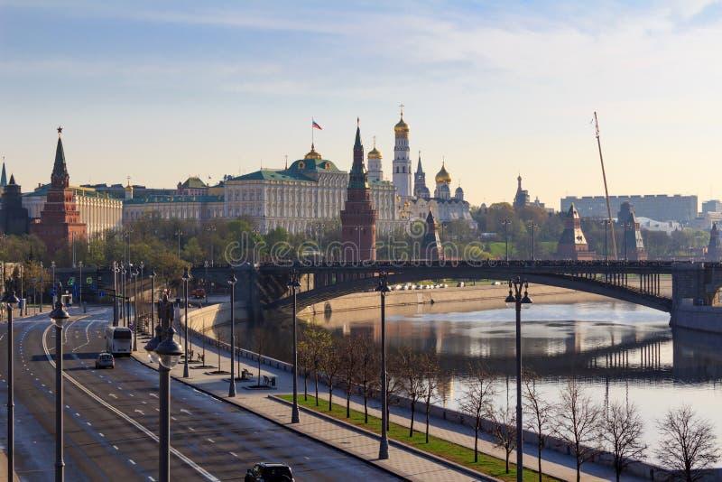 Kremlin de Moscou contra a terraplenagem de Prechistenskaya do rio de Moskva na manhã ensolarada da mola foto de stock royalty free