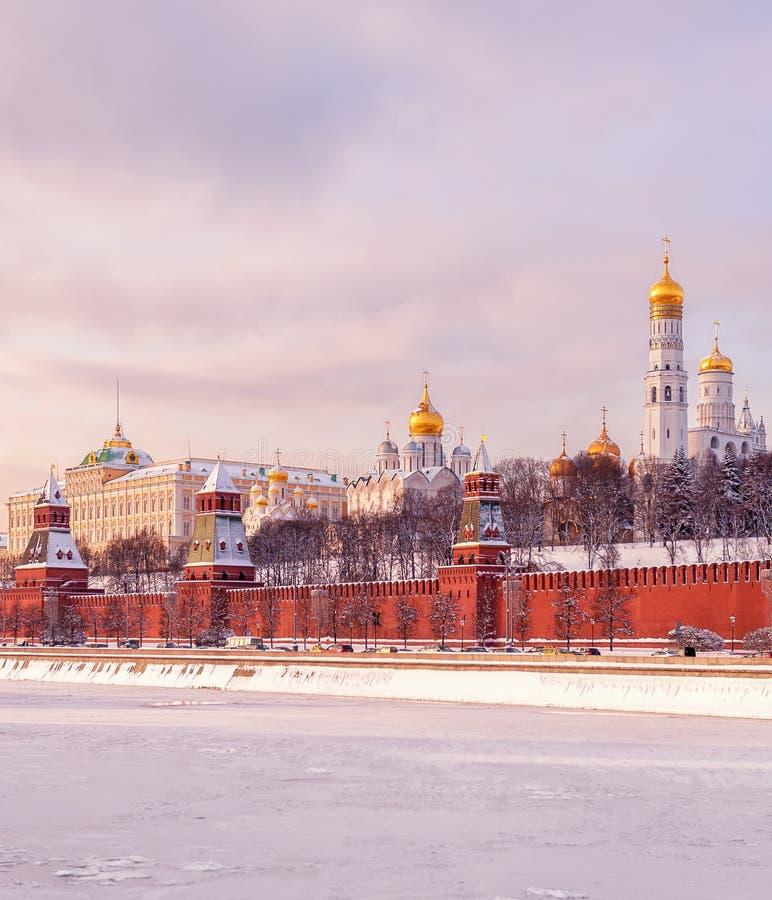 Kremlin de Moscou do inverno Terraplenagem do Kremlin e rio de Moscou foto de stock