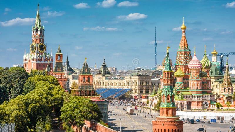 Kremlin de Moscou e catedral da manjericão do St no quadrado vermelho fotos de stock royalty free