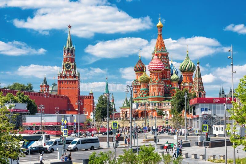 Kremlin de Moscou e catedral do ` s da manjericão do St fotografia de stock royalty free