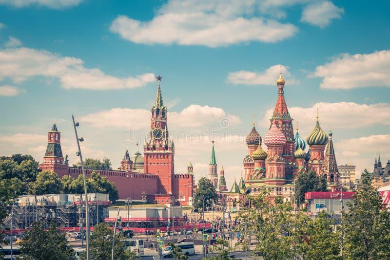 Kremlin de Moscou e catedral do ` s da manjericão do St imagens de stock royalty free