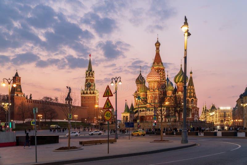 Kremlin de Moscou e catedral no por do sol, R?ssia do ` s da manjeric?o do St fotografia de stock