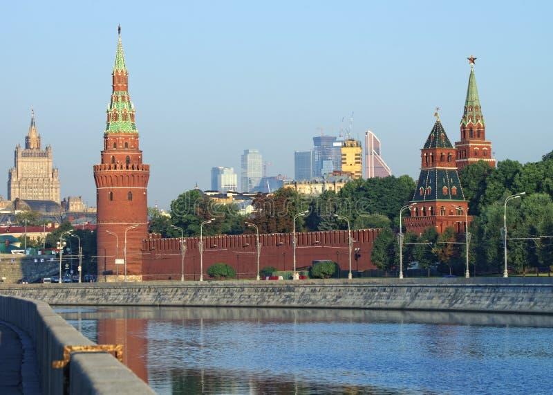 Kremlin de Moscou e opinião da skyline imagem de stock royalty free