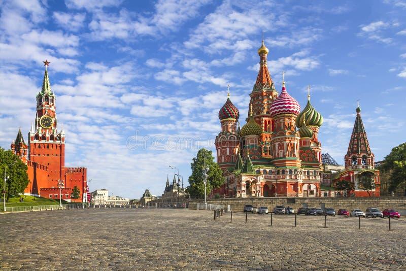 Kremlin de Moscou e St Basil Cathedral no quadrado vermelho fotografia de stock royalty free