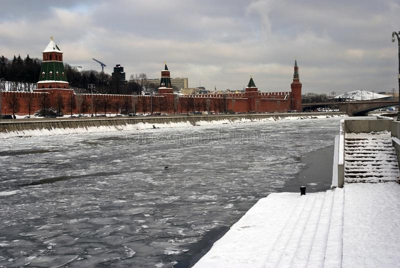 Kremlin de Moscou e a terraplenagem do rio de Moscou Foto do inverno da cor imagens de stock