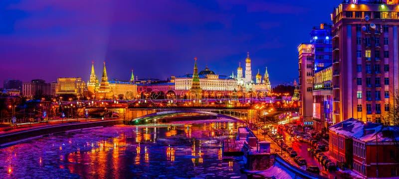 Kremlin de Moscou na noite do inverno foto de stock