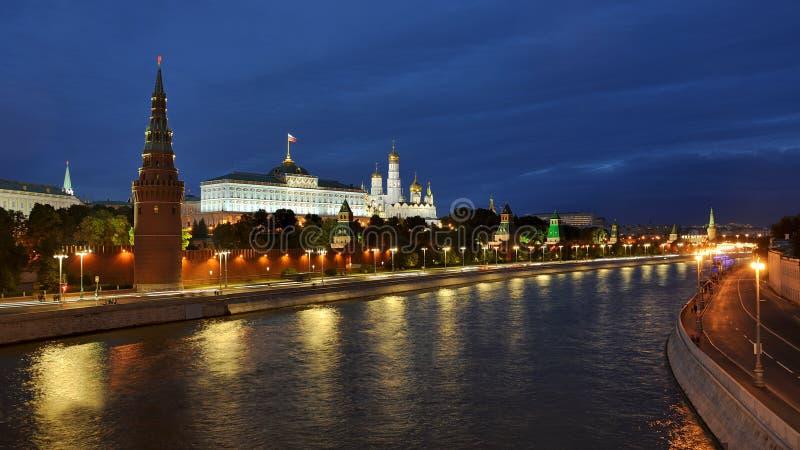 Kremlin de Moscou no crepúsculo fotografia de stock royalty free