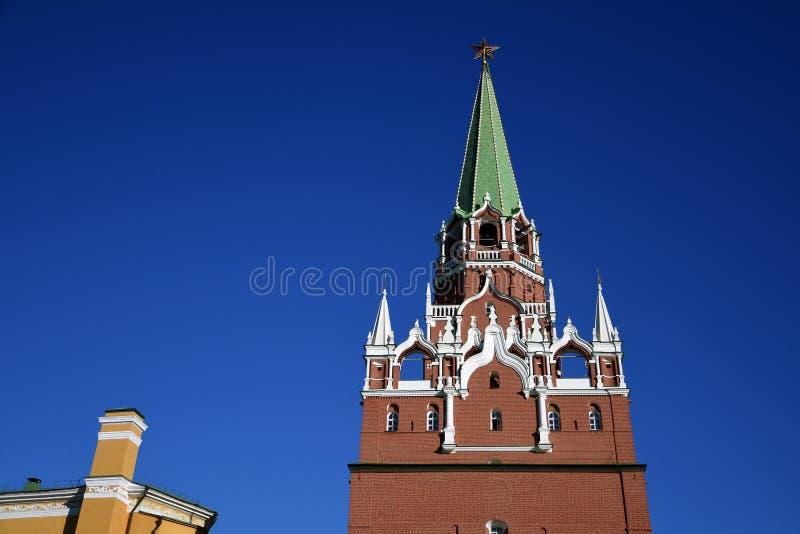 Kremlin de Moscou, torre da trindade Fundo do c?u azul fotografia de stock royalty free