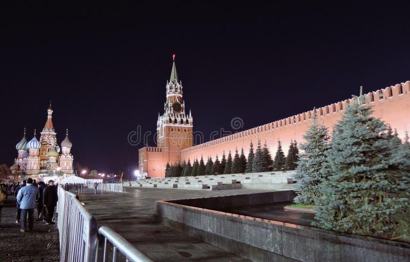 Kremlin de Moscovo na noite Catedral das manjericões de Saint e torre de Spasskaya fotos de stock royalty free