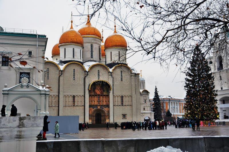 Kremlin de Moscovo no inverno Igreja de Dormition e árvore de Natal imagem de stock