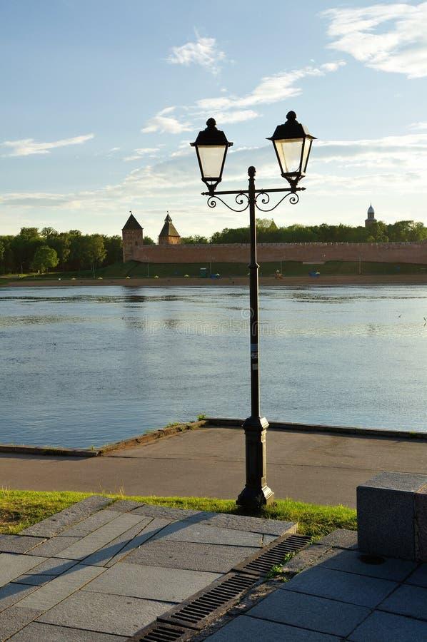 Kremlin de Novgorod e área da água do rio de Volkhov no por do sol do verão, Veliky Novgorod, Rússia imagem de stock royalty free