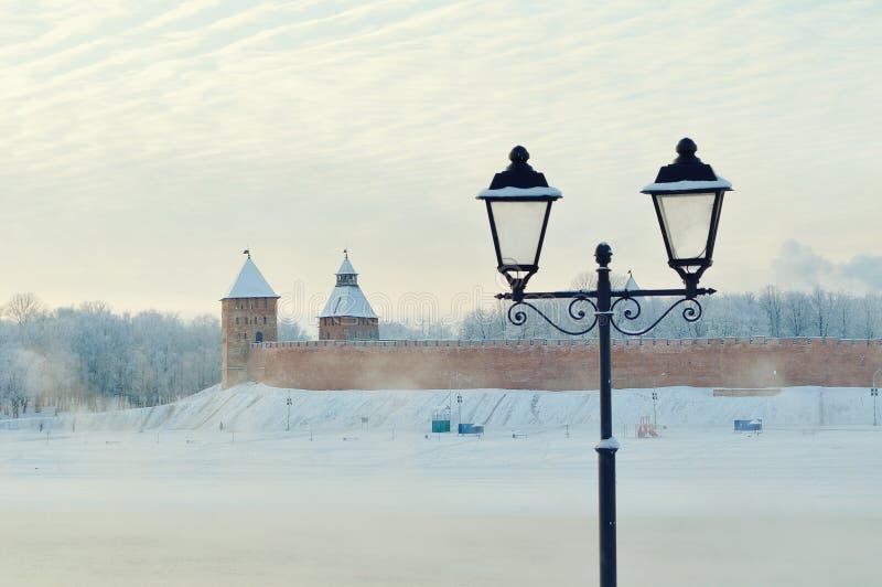 Kremlin de Novgorod em Veliky Novgorod, Rússia - a paisagem arquitetónica da cidade do inverno no vintage tonifica fotos de stock royalty free