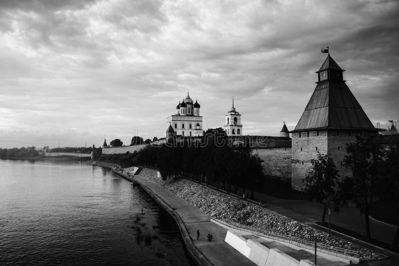 Kremlin de Pskov no por do sol em Rússia fotografia de stock