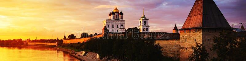 Kremlin de Pskov no por do sol em Rússia foto de stock royalty free