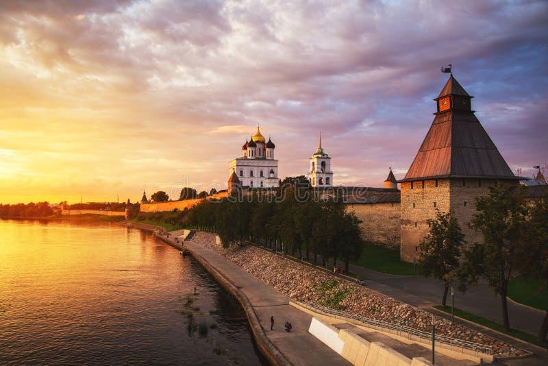 Kremlin de Pskov no por do sol em Rússia imagens de stock