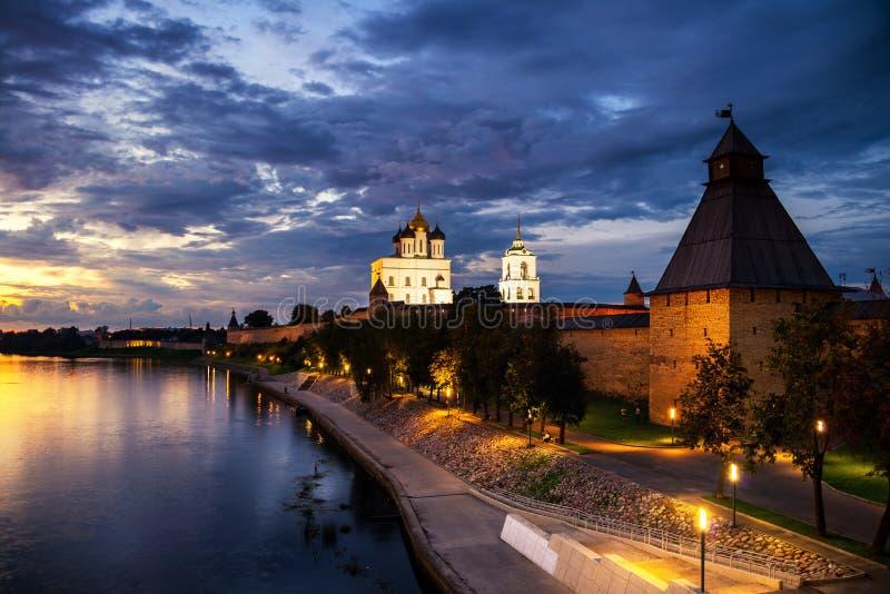 Kremlin de Pskov no por do sol em Rússia fotografia de stock royalty free