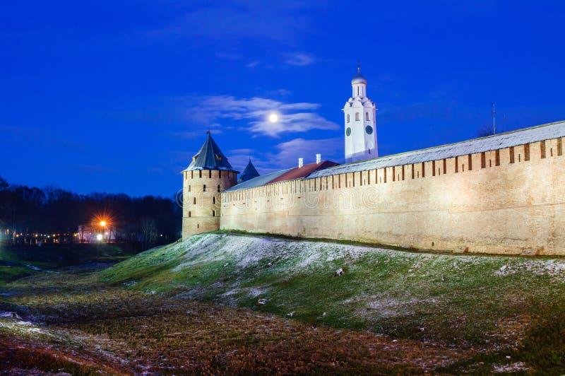 Kremlin de Veliky Novgorod em Veliky Novgorod, Rússia, cena colorida da noite Marcos de Veliky Novgorod imagem de stock royalty free