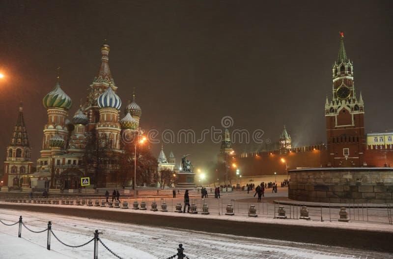 Kremlin in den Schneefällen nachts in Moskau stockfotos