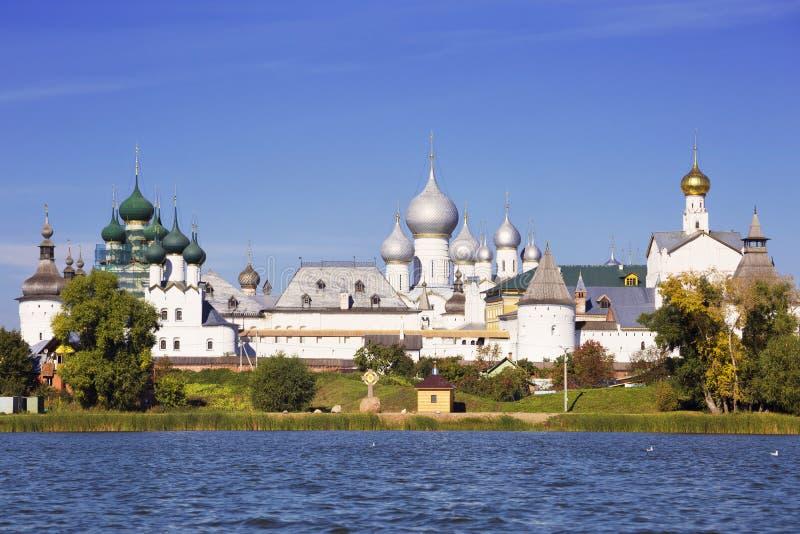 Kremlin do panorama de Rostov a grande, vista do lago Nero fotos de stock
