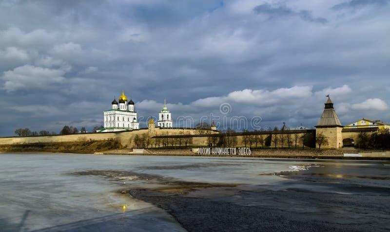 Kremlin em Pskov, Rússia Fortaleza antiga Golden Dome da igreja de trindade foto de stock royalty free
