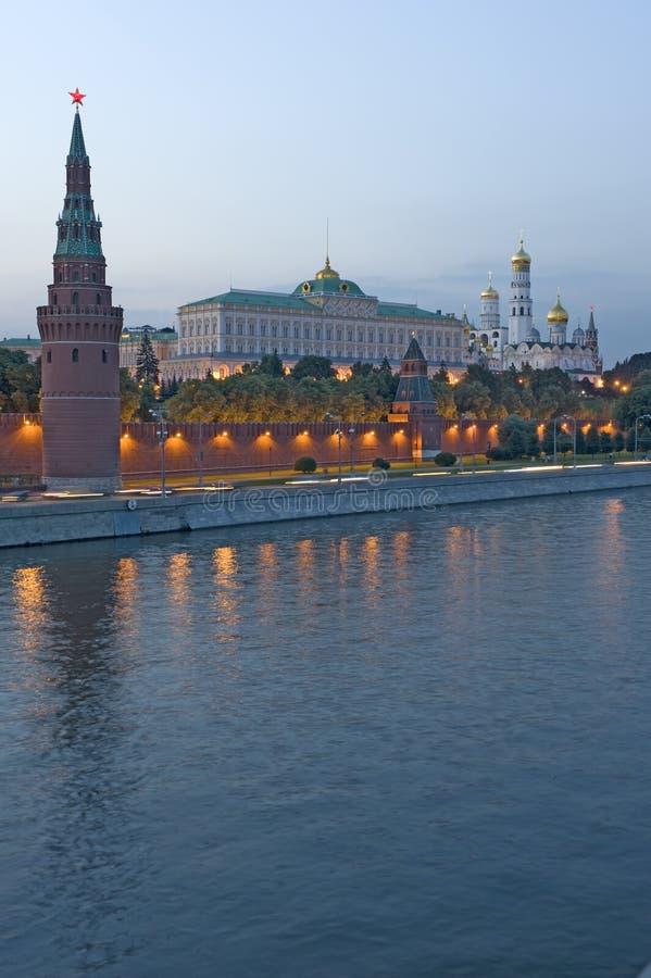 kremlin Moscou au-dessus de fleuve photographie stock libre de droits