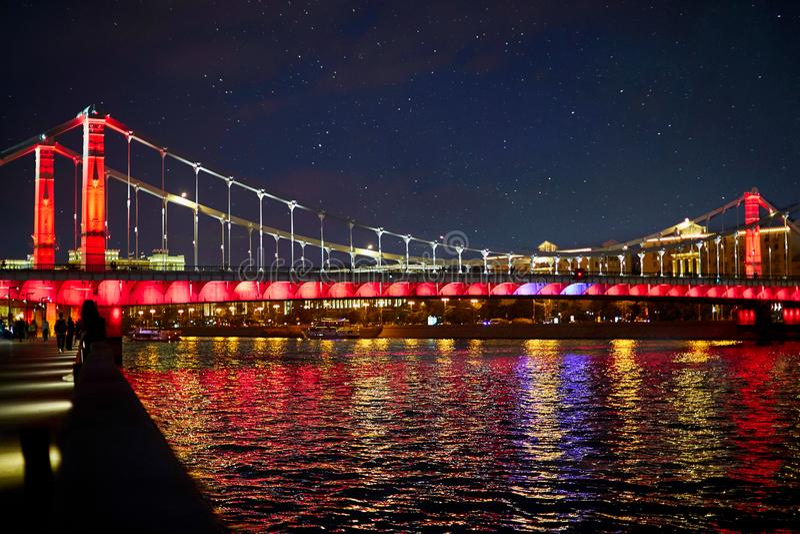 kremlin moscow город освещает место ночи Обваловка реки Москвы Мост над рекой украшен светами в цветах русского стоковые изображения