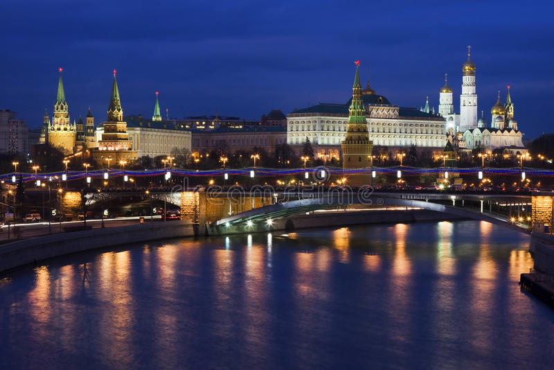 kremlin moscow natt russia royaltyfri bild