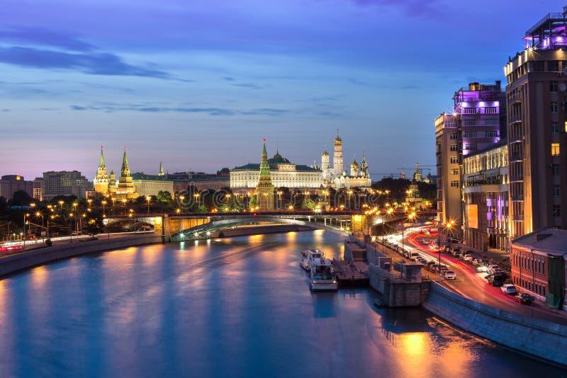 Kremlin na noite fotos de stock royalty free