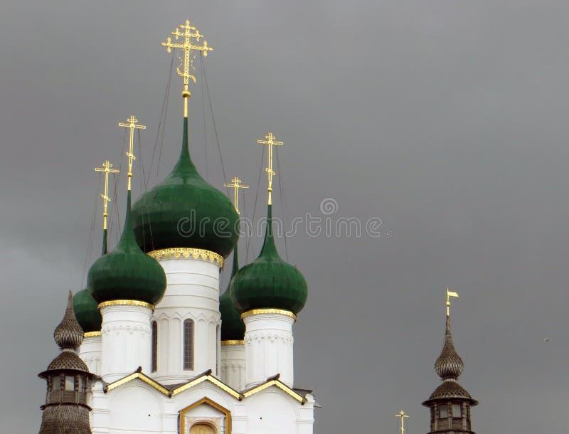 kremlin rostov Białe Kremlin ściany i zielone kopuły zdjęcia stock