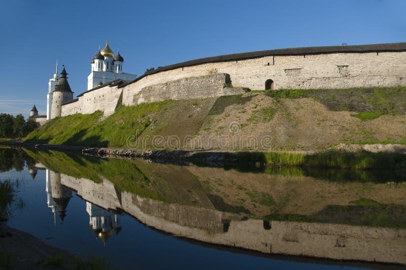 Kremlin von Pskov an der Dämmerung stockfotos