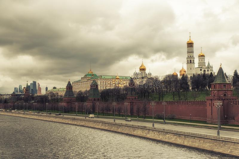 Kremlin-Wand und Moskva Fluss stockfotos