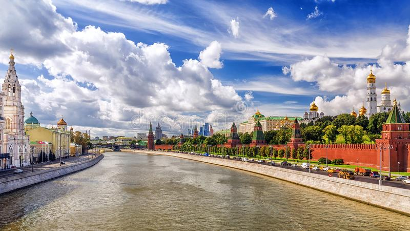 Kremlinvallning i sommar i Moskva royaltyfria foton