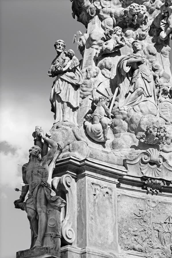 Kremnica - el cuadrado de Safarikovo y el detalle de la columna barroca de la trinidad santa con San Sebastián y San José imagen de archivo libre de regalías