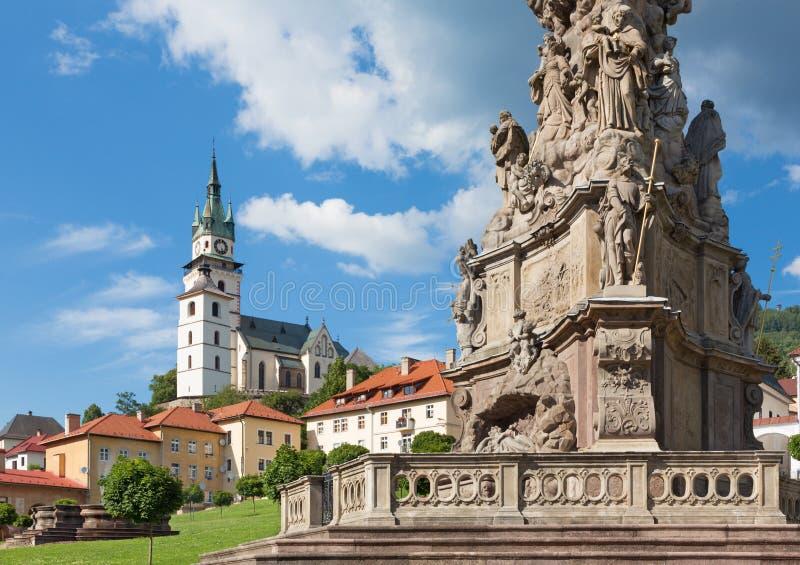 Kremnica - el cuadrado de Safarikovo y el detalle de la columna barroca de la trinidad santa imagen de archivo libre de regalías