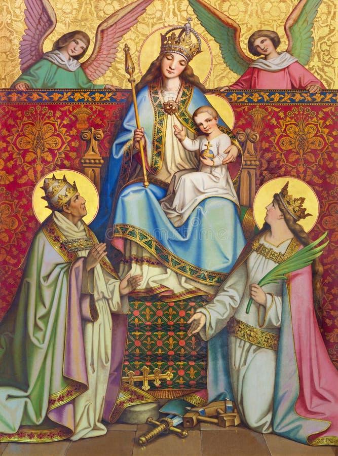 KREMNICA, ESLOVÁQUIA - 16 DE JULHO DE 2017: A pintura neogótica em Madonna de madeira, St Catherine e St Clement imagens de stock royalty free