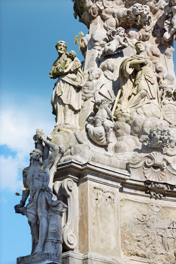 Kremnica - het Safarikovo-vierkant en het detail van de barokke Heilige Drievuldigheidskolom met St Sebastian en St Joseph stock fotografie