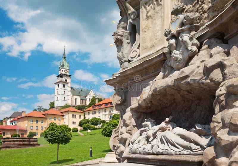 Kremnica - het Safarikovo-vierkant en het detail van de barokke Heilige Drievuldigheidskolom stock foto's