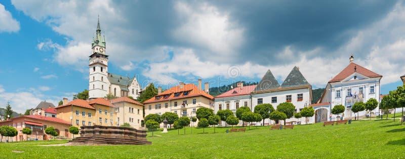 Kremnica - panorama del cuadrado de Safarikovo con el castillo y la iglesia del St Catherine imagen de archivo libre de regalías