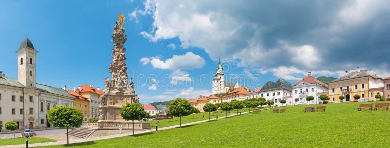 Kremnica - Panorama van Safarikovo-vierkant met Franciscans chruch, de barokke Heilige Drievuldigheidskolom en St Catherine kerk royalty-vrije stock afbeelding