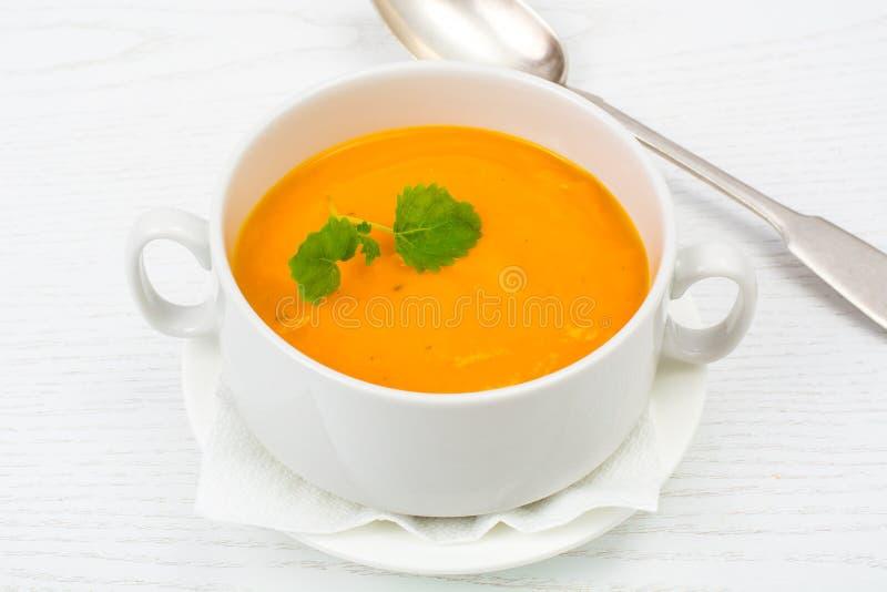 Kremowa polewka marchewki, banie, warzywa w białej polewce fotografia stock