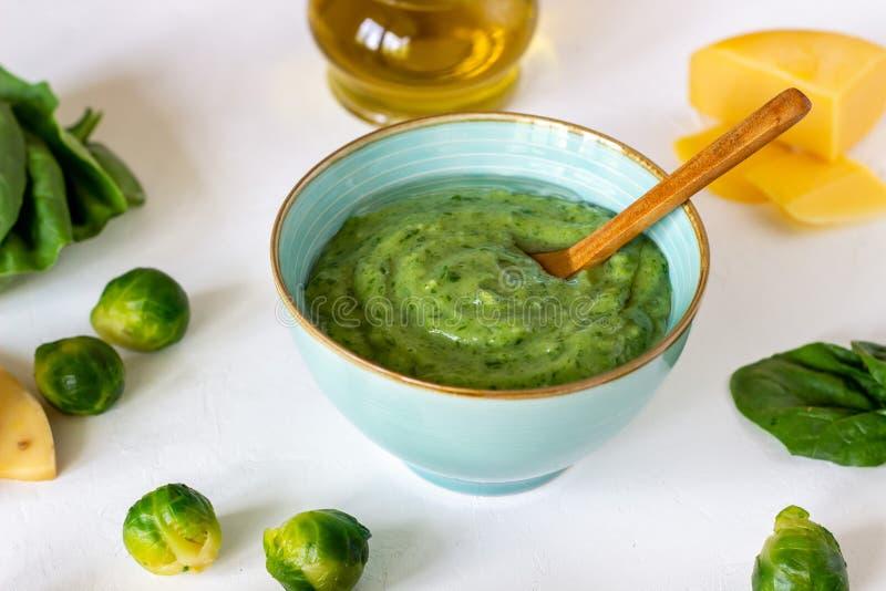Kremowa polewka z avocado, szpinakami i serem, zdrowe je?? Bia?y t?o zdjęcie stock